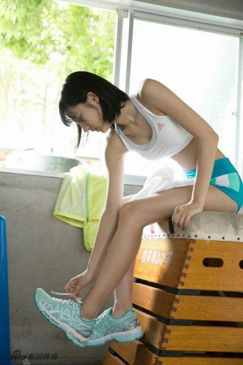 日本嫩模拍跑步写真