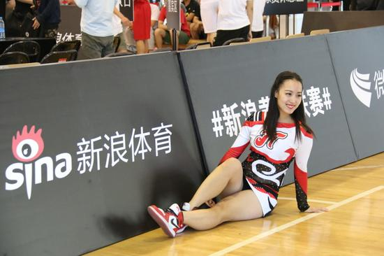 新浪篮球黄金联赛长春站决赛 美女拉拉队吸睛