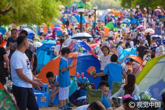 南湖公园人造沙滩被帐篷占领 放眼望去全是人