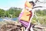 小女孩草丛捡近2米长蛇 吓呆一旁的爸爸