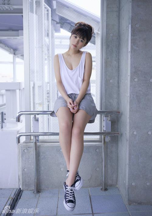 日女星清新小衫微露乳沟 美腿白皙修长