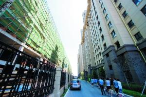 新建的商业楼与业主的家一墙之隔。