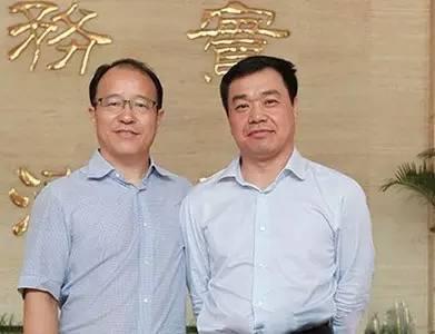 8月3日,原局长张德华(左)、新局长吴德金(右)合影,公路局完成新老局长工作交接
