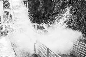 天气炎热戏水游乐项目吸引了更多市民前来。摄影 张扬