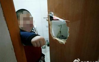 长春7岁男孩上厕所被锁其中 挖洞自救