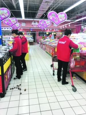 诺大的超市内只有几名工作人员整理商品。 摄 影   康重华