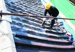工人对屋顶的琉璃瓦进行拆除,损坏严重的将按照原比例、原有颜色进行定制。