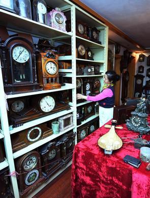 吉林市民历时三十年收藏千余古董钟