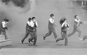 学生们在老师的指挥下有序撤离教学楼。摄影 孙建一