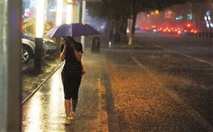 19:00,白天下了两场雨,气温凉爽,回家的人惬意地走过路边没过脚脖的积水。