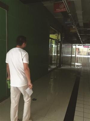 走在昏暗空旷的超市里,商户心里空落落的。
