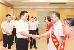 11日,吉林省委常委、市委书记王君正接见长春市第六届道德模范。李天 摄