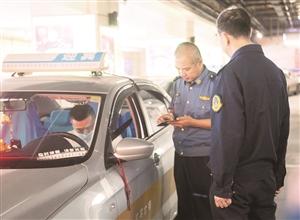 长春市地方道路运输管理局的执法人员对长春站周边出租车运营秩序问题进行突击检查。孙建一 摄