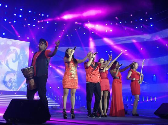 五洲唱响乐团组合登台献唱