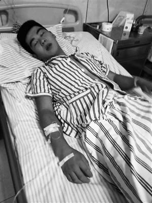 在医院接受治疗的王野。石天蛟 摄