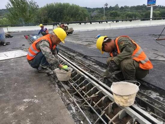 施工人员正在安装桥梁伸缩缝