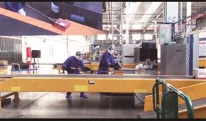 核与辐射排查小组将放射超标邮包放置封存到铅箱。 孙娇杨 摄
