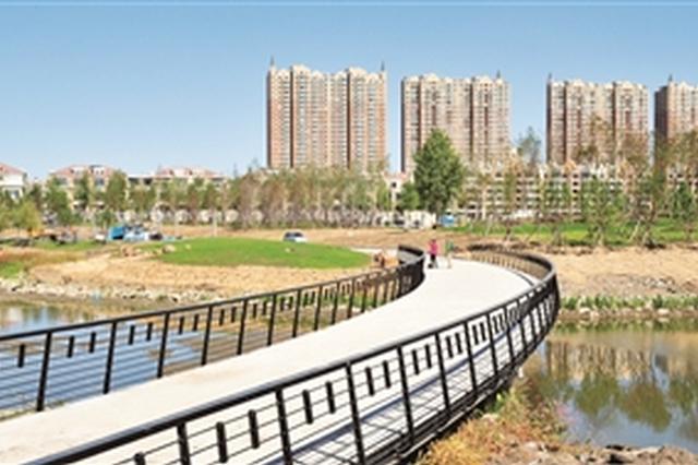 21日,南溪湿地公园建设工程进入收尾阶段,园内道路标线施划清晰,光影塔、光影桥主体完工。 苑激刚 摄