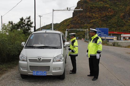 安森公安交警开展面包车专项整治行动—摄影 李敏