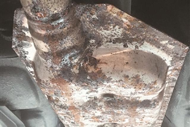 车辆底盘的部分零件有明显腐蚀痕迹。海涛 摄