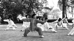 李燕义务教太极拳,一教就是15年。石天蛟 摄