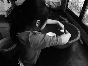 小姑娘学习透着股认真劲,家务干起来也很熟练。李奔 摄
