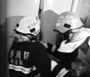 消防官兵营救被困女童。 海涛 摄