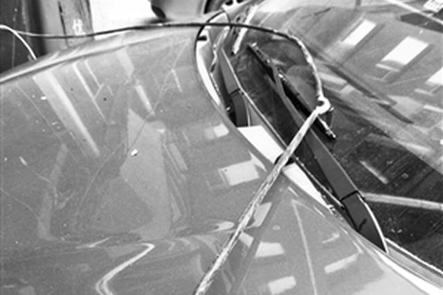 线缆掉落刮坏市民车辆。海涛 摄