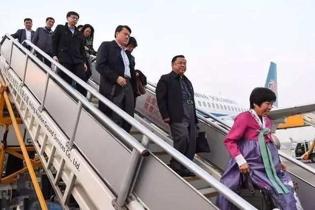 吉林省出席党的十九大代表15日晚抵京