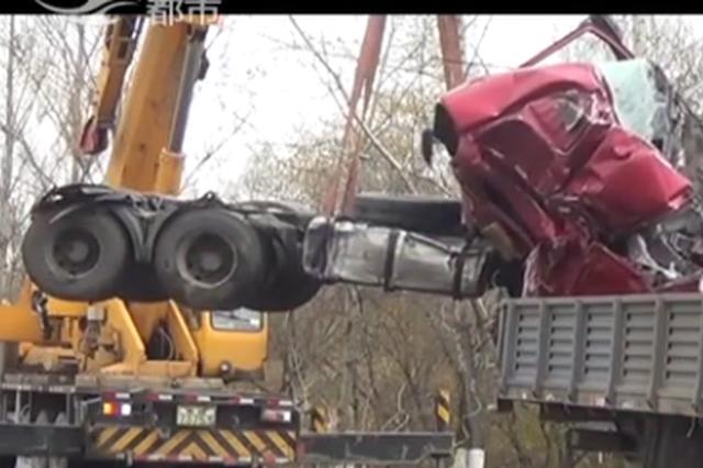 磐石:柴油罐车侧翻泄漏 消防12小时成功排险