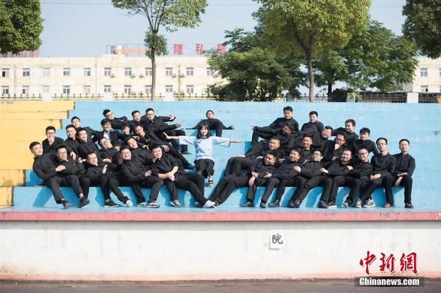 全班36人仅1名女生 武汉高校学生拍创意毕业照