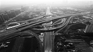 9日,记者在长春高速公路东出口附近看到,机场大道互通立交桥整体施工已全部完成。自去年起,机场大道与长吉高速出口节点立交桥开始建设,力争年底前通车。 苑激刚 摄