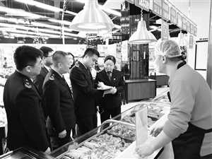 食药监部门的工作人员正在检查放心肉菜示范超市。 于慧 摄