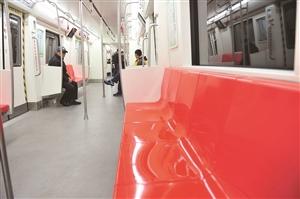 地铁车厢内的座椅加热系统已经开始工作,保证市民乘坐的舒适。 苑激刚 摄