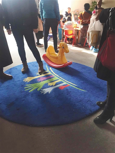 11月5日,几名家长在似翼公司中关村校区,商谈退款问题。新京报记者 王巍 摄