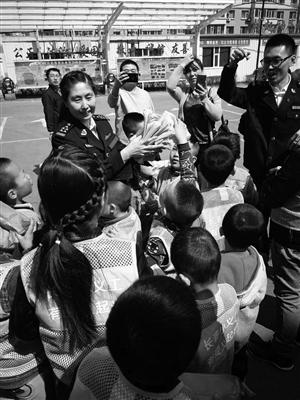 董丽艳参加社会活动。