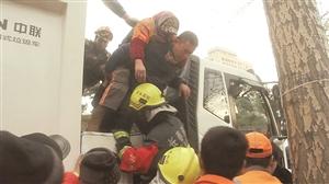 被困女环卫工被成功救出。 本组摄影 李成伟