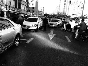 """车辆""""四脚朝天""""造成交通拥堵。 于慧 摄"""