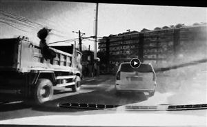 建筑垃圾扔过翻斗车。视频截图