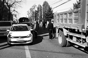 市民车辆被建筑垃圾砸坏雾灯及保险杠。市民供图