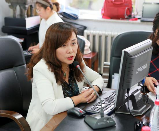 吉林日报报业集团吉报传媒有限公司副总经理梁芳介绍满文书法大赛情况。