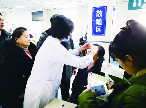 吉大二院眼科门诊患者众多。 林桂清 摄