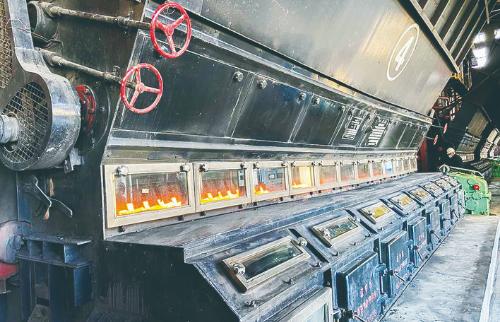 近日,长春市供热企业陆续启炉开栓,新的供暖季供热企业强化服务,为市民提供优质的供热服务。 张扬 摄