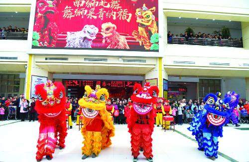 精彩的舞狮表演吸引了众多市民前来观看。 张扬 摄