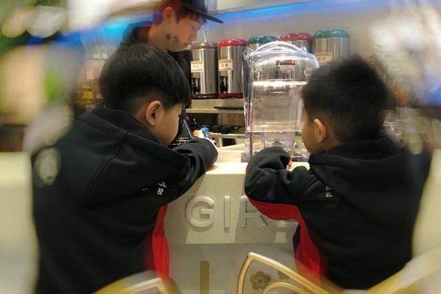 沙溢晒俩儿子照片:分开了就想 在一起就烦
