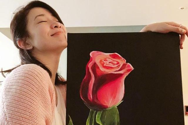 佘诗曼作画大功告成很满意 玫瑰栩栩如生似有余香