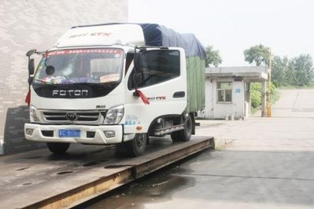货车司机看到长春警察有意避让 原来超载四倍以上