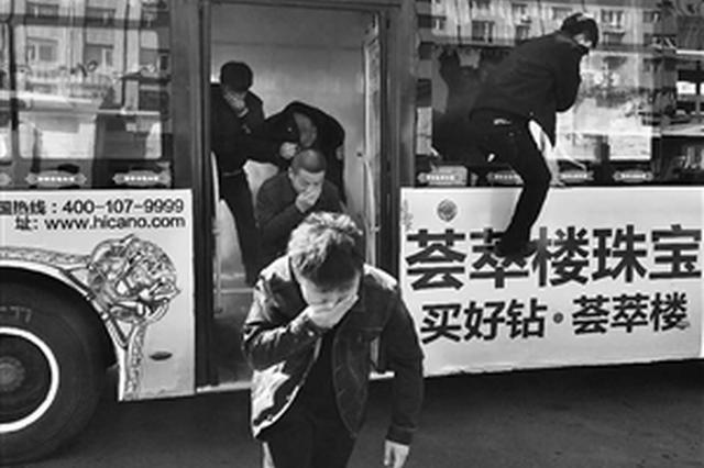 长春公交车队消防演练 司乘人员教乘客跳窗逃生