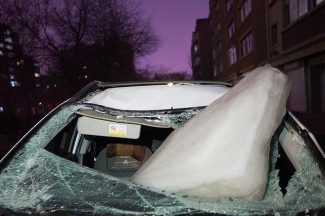 长春一小区楼顶坠下巨型冰块 新车被砸成废铁