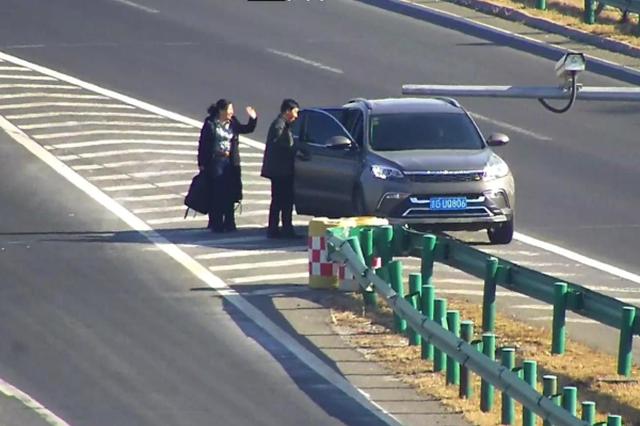 吉林一女子高速公路上边走边玩手机 让人捏把汗